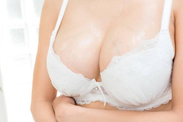 набухает грудь